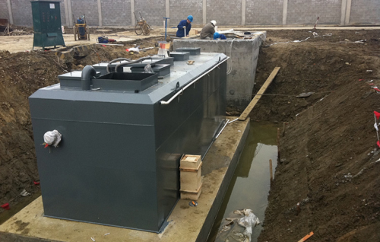 调节后的污水经污水泵提升到设备的初沉淀池,使大颗粒及一部分污染物